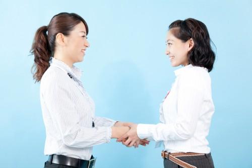 女性握手(コラボレーション)
