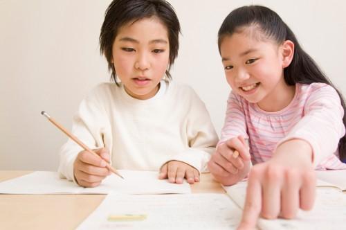 男の子と女の子が勉強中