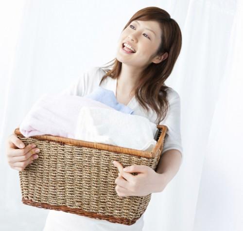 洗濯中の女性・バケット